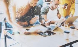 Concept de démarrage de réunion de séance de réflexion de travail d'équipe de diversité Document de rapport de Team Coworkers Sha images libres de droits