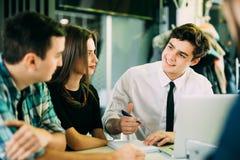 Concept de démarrage de réunion de séance de réflexion de travail d'équipe La planification travaillante de personnes commencent  Images stock