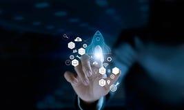 Concept de démarrage La fusée transparente d'icône émouvante d'homme d'affaires est lançante et volante avec la connexion réseau  Photographie stock libre de droits