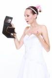 Concept de dépenses de mariage. Jeune mariée avec la bourse vide Image libre de droits