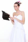 Concept de dépenses de mariage. Jeune mariée avec la bourse vide Photos stock