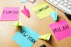 Concept de déplacement Bâtons avec Tokyo, Londres, Milan, nouveau Y Image libre de droits