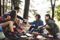Concept de déplacement de camping de destination de repaire d'amitié de personnes Photographie stock libre de droits