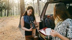 Concept de déplacement de camping de repaire d'amitié de femmes Image libre de droits
