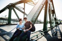 Concept de déplacement de carte de repaire de pont de couples image libre de droits