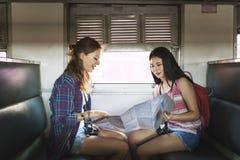 Concept de déplacement de carte de vacances de repaire d'amitié de filles Images libres de droits