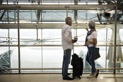 Concept de déplacement de scène d'aéroport de couples supérieurs Photo libre de droits