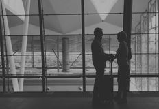 Concept de déplacement de scène d'aéroport de couples supérieurs de silhouette Photo stock