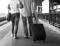Concept de déplacement de station de train de couples supérieurs Photos stock