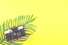 Concept de déplacement et de photographie sur le fond jaune photos stock