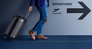 Concept de déplacement, jeune voyageur marchant avec la valise et Foll Photo libre de droits