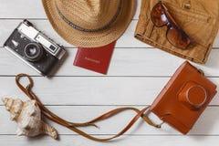 Concept de déplacement de vue supérieure de fond d'équipement de substance de week-end long de vacances d'accessoires de voyage d Photographie stock