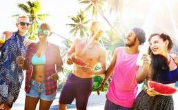 Concept de détente de partie de plage d'été d'amis Image stock