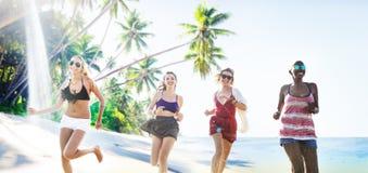 Concept de détente de plage d'été d'amies de femmes Images libres de droits