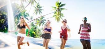 Concept de détente de plage d'été d'amies de femmes Photos libres de droits