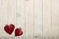 Concept de dag van de valentijnskaart Rieten harten op houten achtergrond w Stock Foto
