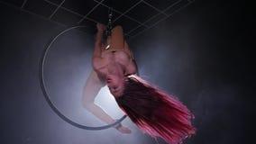 Concept de danse et d'acrobaties Jeune belle femme dans le cercle aérien avec le contre-jour de couleur clips vidéos