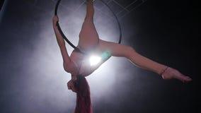 Concept de danse et d'acrobaties Jeune belle femme dans le cercle aérien avec le contre-jour de couleur banque de vidéos