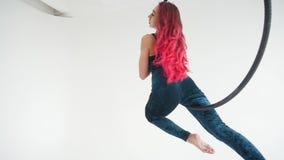 Concept de danse et d'acrobaties Jeune femme dans le cercle aérien sur un fond blanc clips vidéos