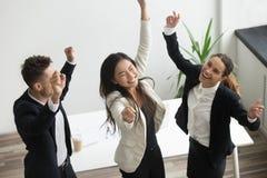 Concept de danse de victoire, collègues divers enthousiastes célébrant l'autobus images stock