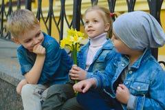 Concept de datation Beaux enfants drôles petits garçons et fille à la mode Image stock