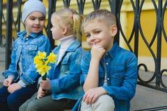 Concept de datation Beaux enfants drôles petits garçons et fille à la mode Images stock
