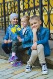 Concept de datation Beaux enfants drôles petits garçons et fille à la mode Photographie stock libre de droits