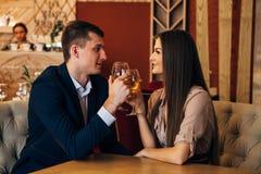 Concept de datation, vin potable de couples dans un restaurant Image libre de droits