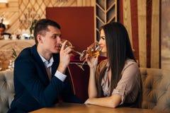 Concept de datation, vin potable de couples dans un restaurant Images libres de droits