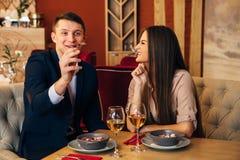 Concept de datation, vin potable de couples dans un restaurant Photos libres de droits