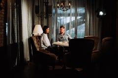 Concept de datation, vin potable de couples dans un restaurant Photographie stock libre de droits