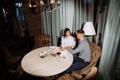 Concept de datation, vin potable de couples dans un restaurant Photo stock