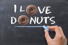 """concept de  de donuts†d'amour d'""""I avec le beignet savoureux de chocolat sur le fond foncé Image libre de droits"""