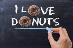 """concept de  de donuts†d'amour d'""""I avec le beignet savoureux de chocolat sur le fond foncé Photo stock"""