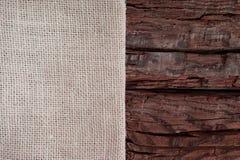 Concept de design de carte de salutation de Season's Tissu beige sur un fond en bois rouge brut avec l'espace de copie photographie stock