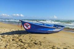 Concept de Detox de Digital le vieux bateau bleu et ne signent pas wlan sur le sable par la mer photographie stock libre de droits