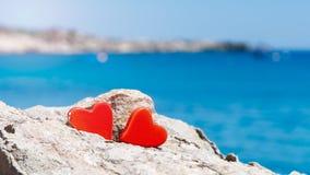 Concept de deux coeurs contre la mer bleue Photos libres de droits