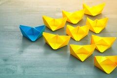 Concept de direction avec les bateaux de papier Image stock