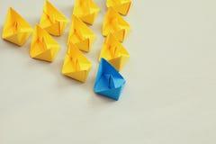 Concept de direction avec les bateaux de papier sur le fond en bois Images stock