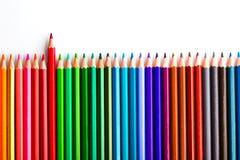 concept de direction avec un crayon se tenant hors de la foule de l'othe Images stock