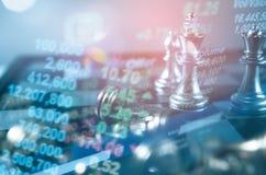 Concept de direction d'investissement : La pièce d'échecs de roi avec des échecs d'autres tout près vont vers le bas du concept d Image stock