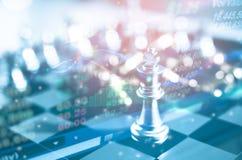 Concept de direction d'investissement : La pièce d'échecs de roi avec des échecs d'autres tout près vont vers le bas du concept d Photo stock