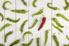 Concept de direction - poivre de piment d'un rouge ardent menant le groupe de vert ceux Images libres de droits