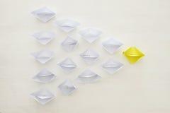 concept de direction, principaux disciples de bateau de papier jaune au-dessus du fond blanc Photographie stock libre de droits