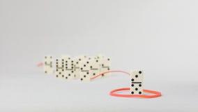 Concept de direction Un chiffre de domino représentent articles d'avance principale de personne d'autres dans le remorquage rouge Photos stock