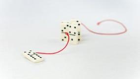 Concept de direction Un chiffre de domino représentent articles d'avance principale de personne d'autres dans le remorquage rouge Photo stock