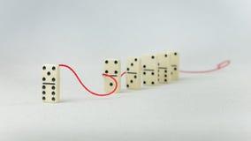 Concept de direction Un chiffre de domino représentent articles d'avance principale de personne d'autres dans le remorquage rouge Photo libre de droits