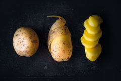 Concept de diverses étapes de couper les pommes de terre crues horizontales Image libre de droits