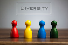 Concept de diversité avec quatre figurines de gage sur la table image stock