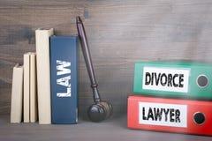 Concept de divorce et d'avocat Marteau et livres en bois à l'arrière-plan Photo stock
